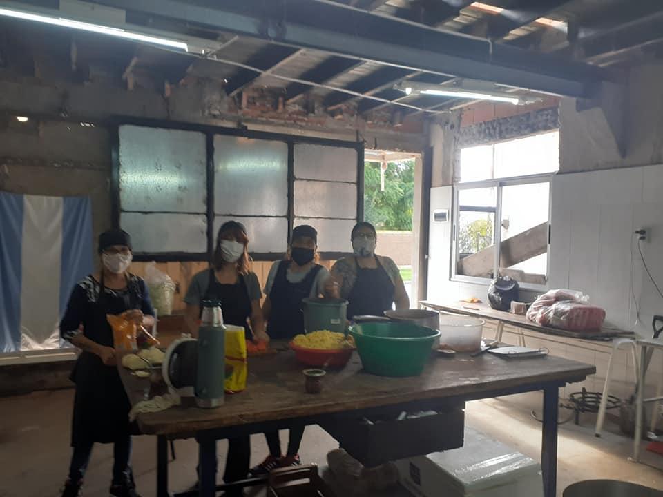 Cooperativistas solidarios, se organizaron para brindar biandas de comida a las familias que no están percibiendo ingresos.