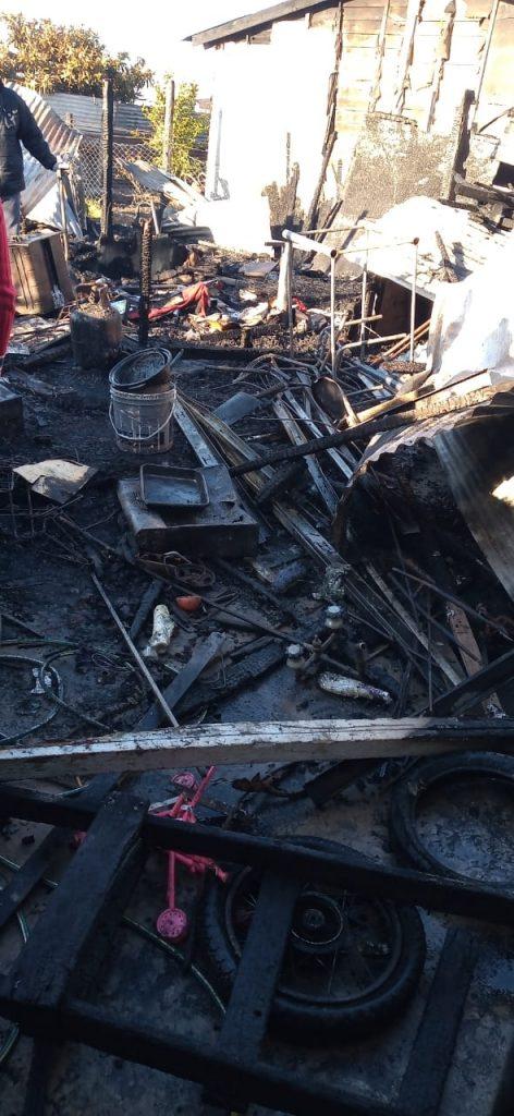 Incendio consumió tres casillas en Romero - Tres familias del oeste de la ciudad de La Plata sufrieron pérdidas totales por la propagación de un incendió. El siniestro fue producido por un cortocircuito eléctrico.