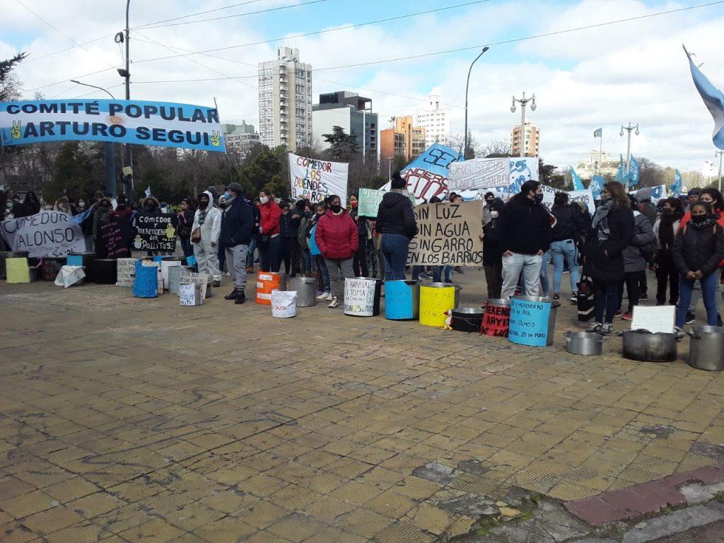 300 ollas vacias frente a la Municipalidad