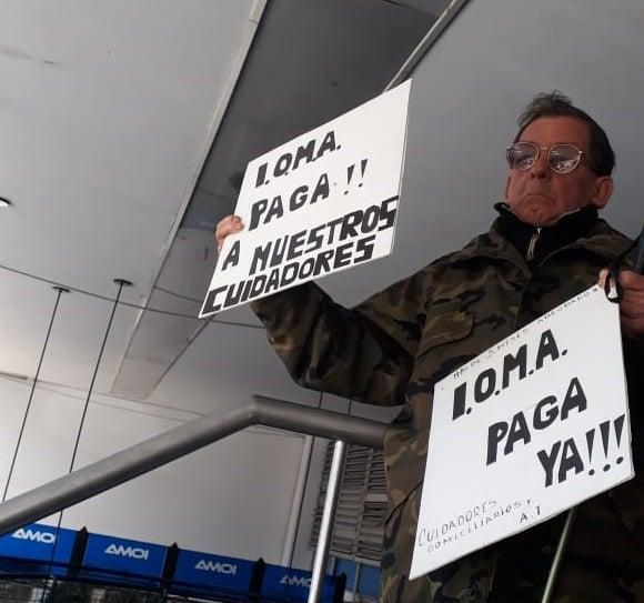 CUIDADORES DOMICILIARIOS PROTESTARON FRENTE A IOMA POR FALTA DE PAGO