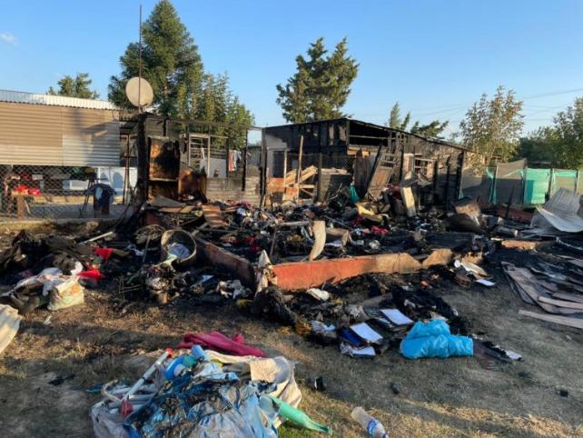 Tras un incendio una familia quedó con lo que tenían puesto