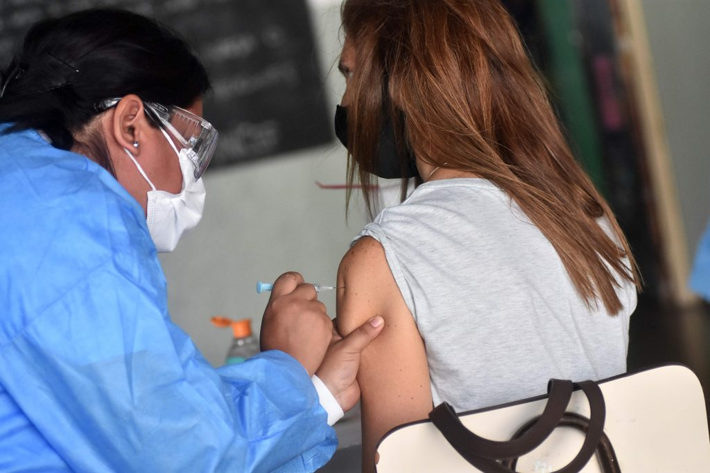 Comenzarán a vacunar a personas mayores de 18